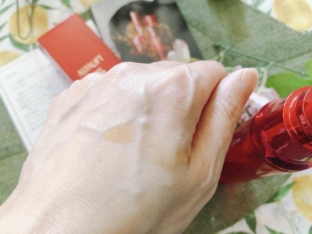 アスタリフト化粧水の液体を手の甲に落としている写真